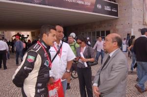 Rifat Sungkar (kiri) bersama Manager Tim Fastron Worl Rally Team, Indra Prasetyo (tengah) mendapat dukungan dari Duta Besar RI untuk Portugal, Albert Matondang (kanan). Dok Pribadi